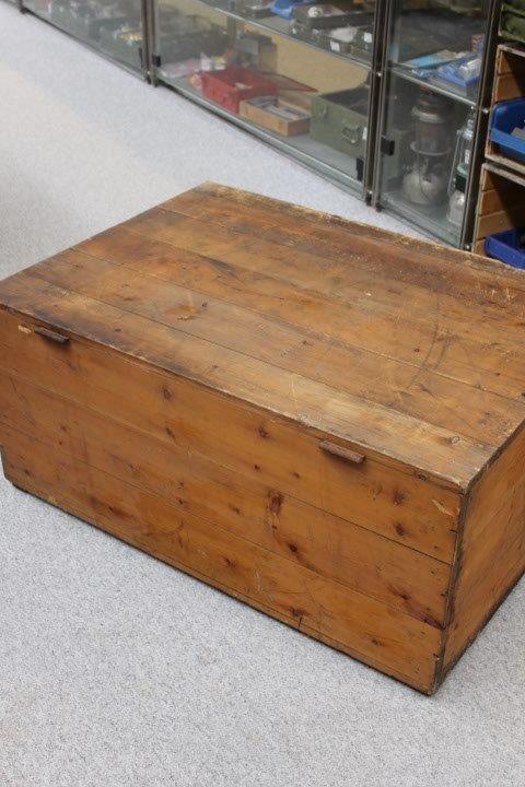 Kasse i træ med print - Brand Vorup Skole - vippelåg.